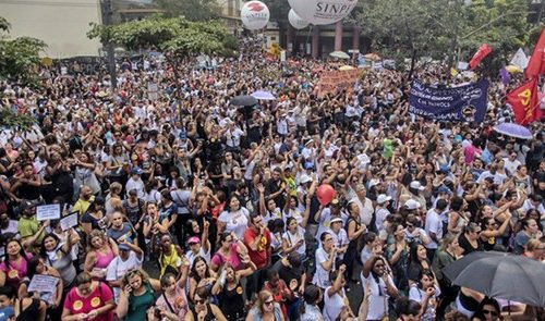 Assembly of workers in front of the parliament, Sao Paulo. Supporting Lula.