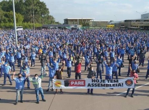 Demo by the Renault workers in Curitiba, with masks and social distancing.